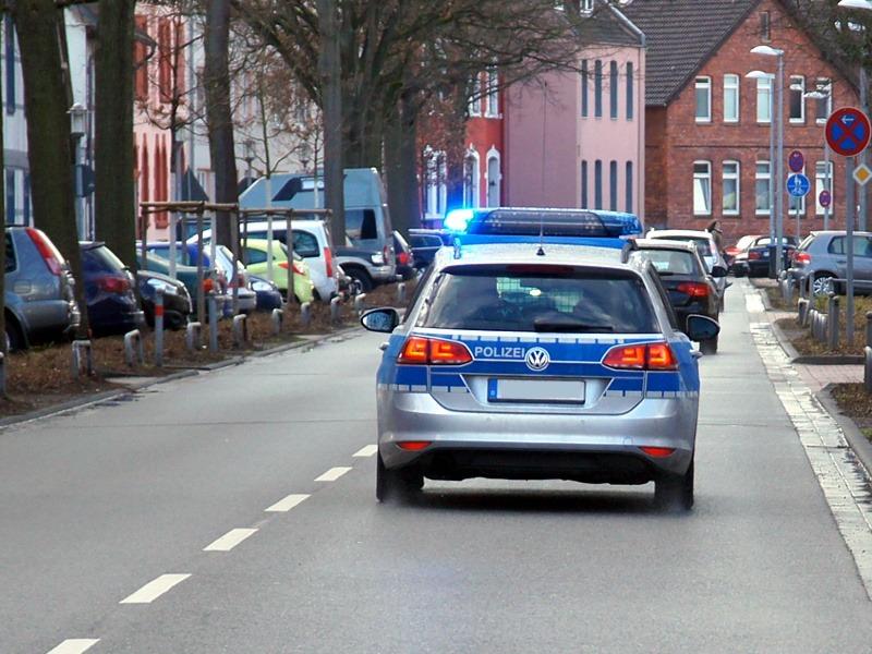 Rotes Auto beschädigt parkenden VW Tiguan auf Lidl-Parkplatz und flüchtet