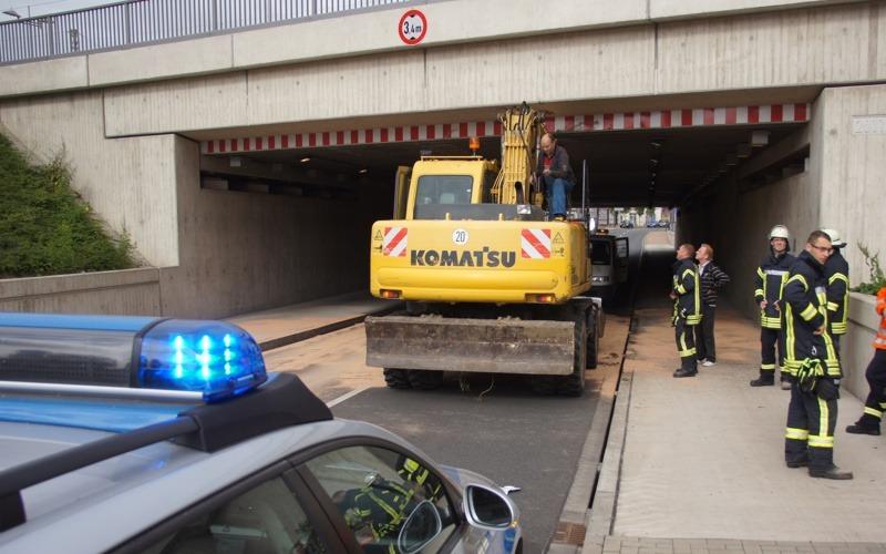 Bagger kracht gegen Bahnhofsunterführung – Sperrung