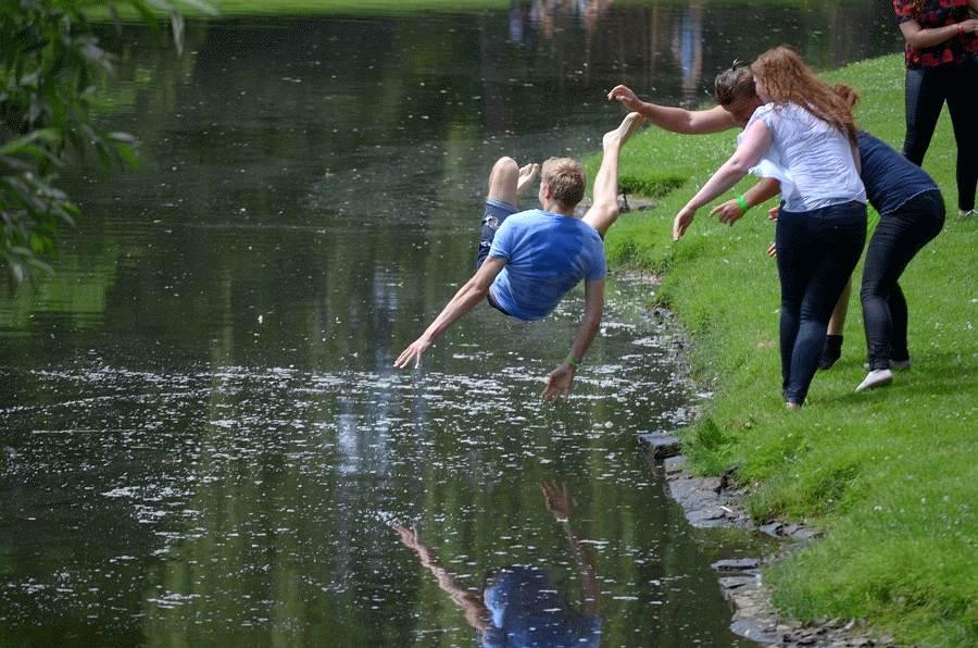 Celler Schüler feiern Ferienbeginn auf dem Schlossberg