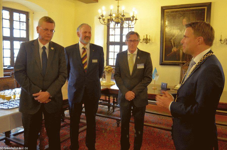 DFB-Präsident Reinhard Grindel trägt sich ins Goldene Buch der Stadt ein