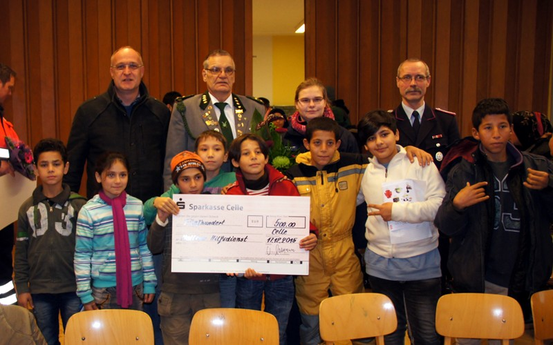 Deutschunterricht für Flüchtlinge: real,- spendet 10.000 €