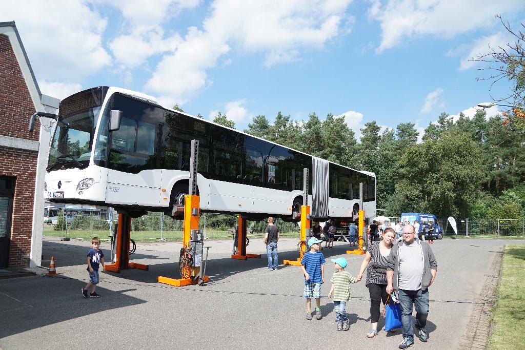 Große Busse auf dem großen Hoffest