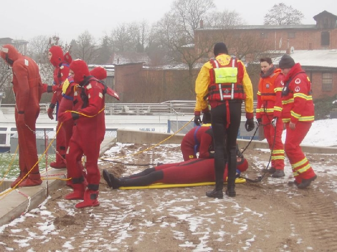 Jede Sekunde zählt! – Eisrettungsausbildung des DLRG Celle fand im Celler Hafen statt
