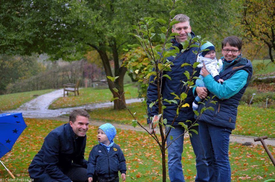 Jubiläumsbaby Oskar hat jetzt seinen eigenen Apfelbaum
