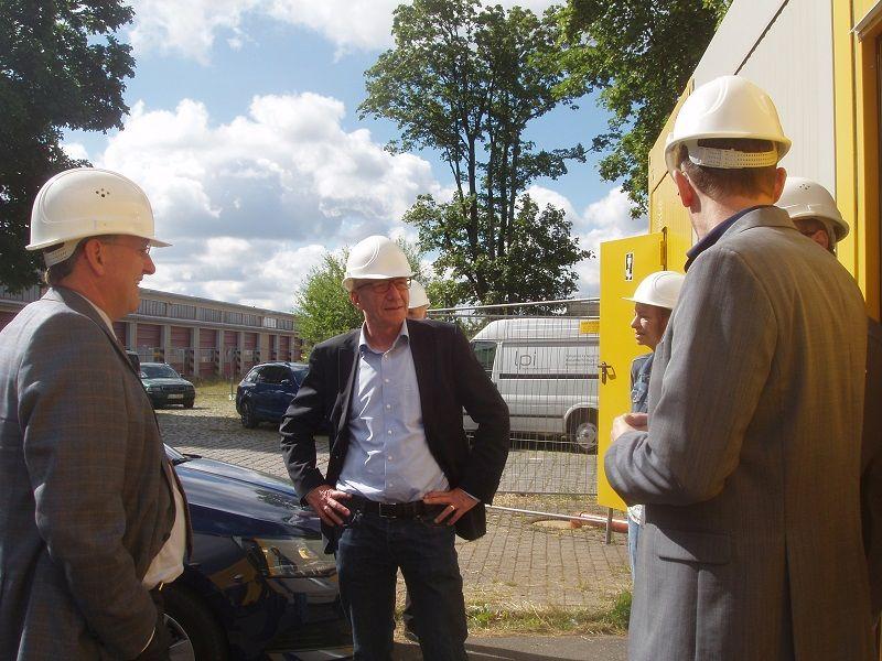 Oberbürgermeister Dirk-Ulrich Mende und Stadtrat Thomas Bertram verschafften sich einen Eindruck vom Sanierungsfortschritt der ehemaligen Kaserne Hohe Wende