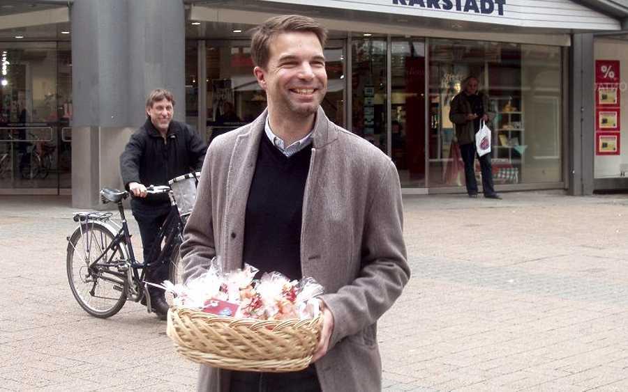 Engagement macht Freu(n)de – Die Freiwilligenagentur KELLU und OB Dr. Jörg Nigge verkauften Kekse für drei soziale Einrichtungen