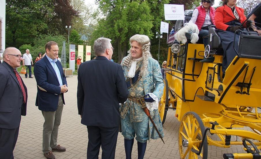 Ein Déjà-vu für die Residenzstadt – Georg Ludwig macht auf seiner Krönungsreise vor dem Celler Schloss halt