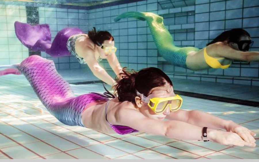 Meerjungfrauen-Schwimmen im Stadtbad