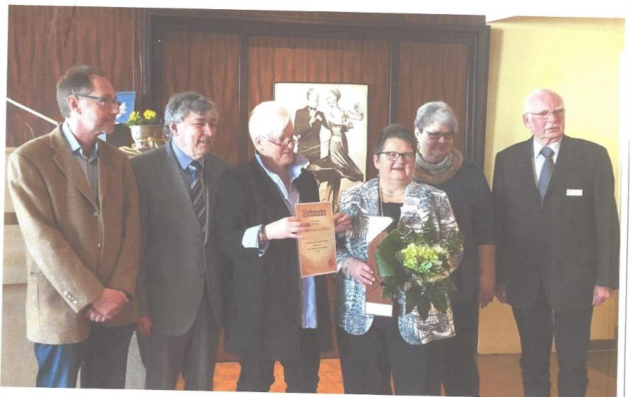 """Morbus Parkinson: """"HINFALLEN – AUFSTEHEN – WEITERMACHEN"""" – Auszeichnung für Margarete Hubach."""