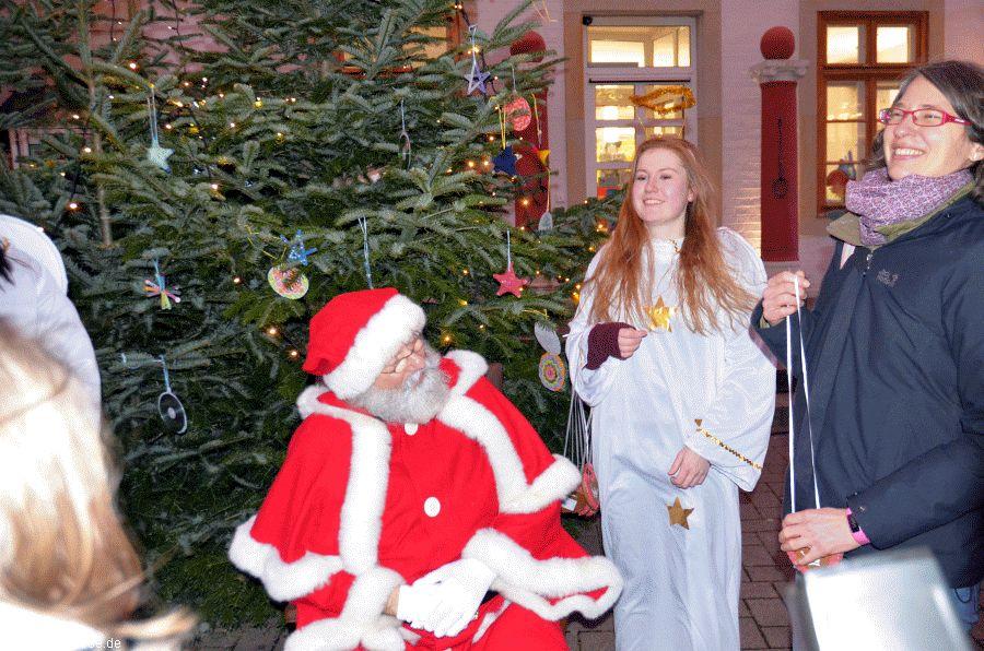 Nikolaus zu Besuch auf dem Celler Weihnachtsmarkt