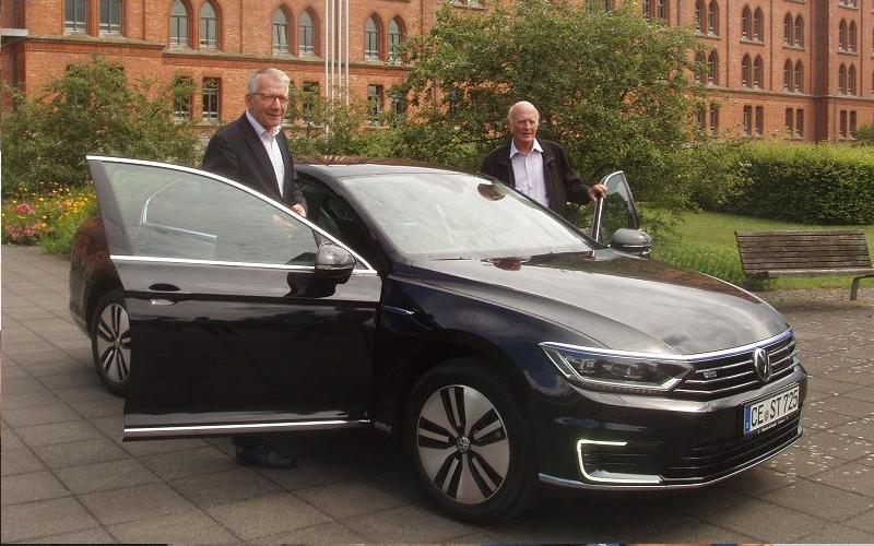 Oberbürgermeister Dirk-Ulrich Mende nahm sein neues Dienstfahrzeug in Empfang
