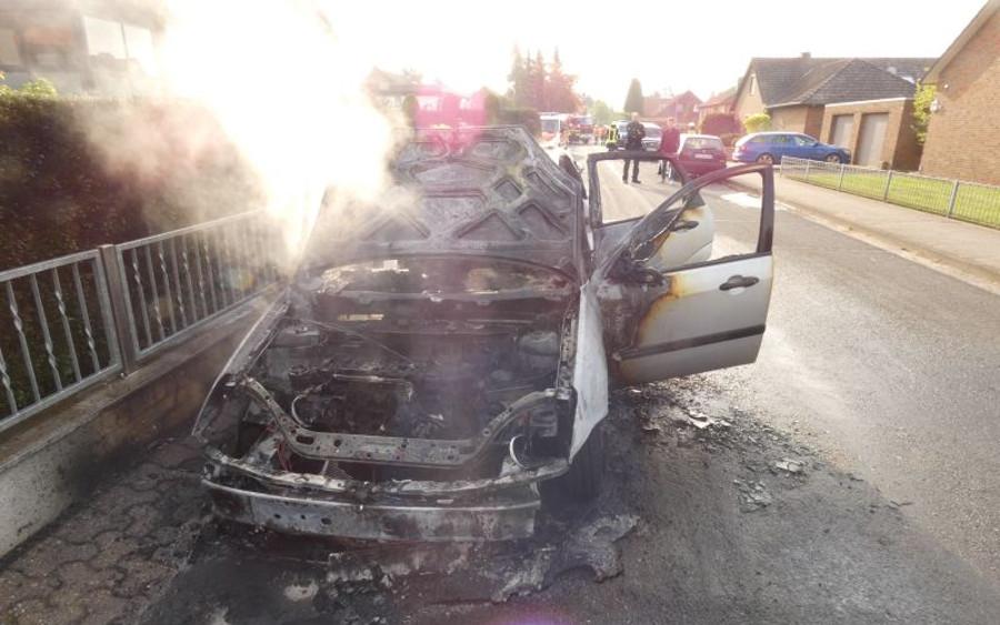 PKW brannte vollständig aus