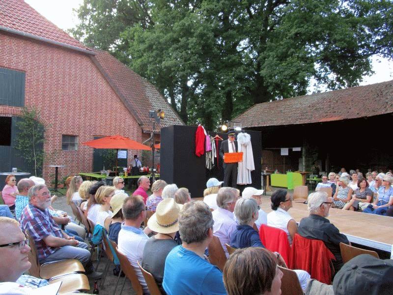 """Schlosstheater Celle unter freiem Himmel mit """"Darüber reden"""""""