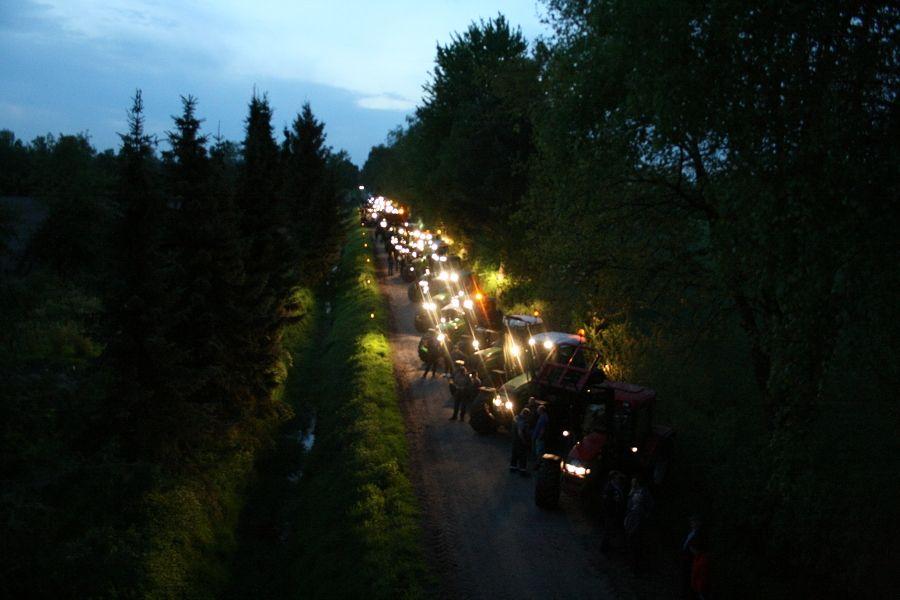 Traktoren erleuchten geplante Südlink-Trasse durch ganz Niedersachsen