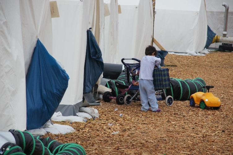 Winterfeste Schnellbauhäuser ersetzen Zelte in Flüchtlings-Notunterkünften