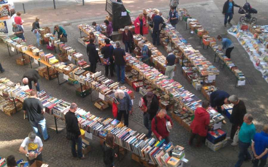 Bücherflohmarkt 2018 auf dem Arno-Schmidt-Platz vor der Stadtbibliothek