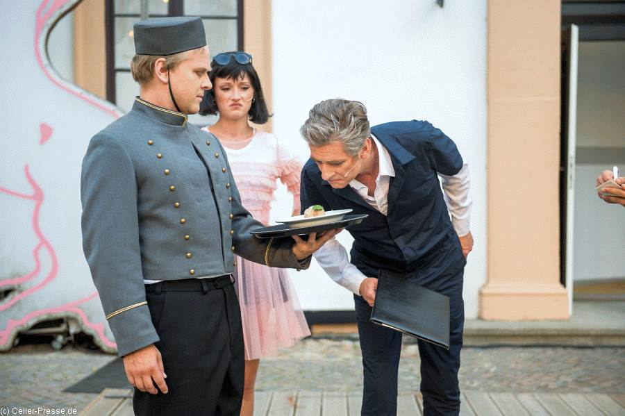 """Im Weißen Rössl: """"Es muss was Wunderbares sein, von dir geliebt zu werden"""" – Glanzvolle Premiere im Schlossinnenhof"""