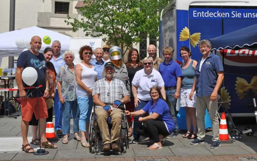 """3. Celler Seniorenwoche: Sozialverbände (Paritätischer und VdK) und CeBus GmbH lassen im """"Age-Man-Anzug""""  junge Besucher altern"""