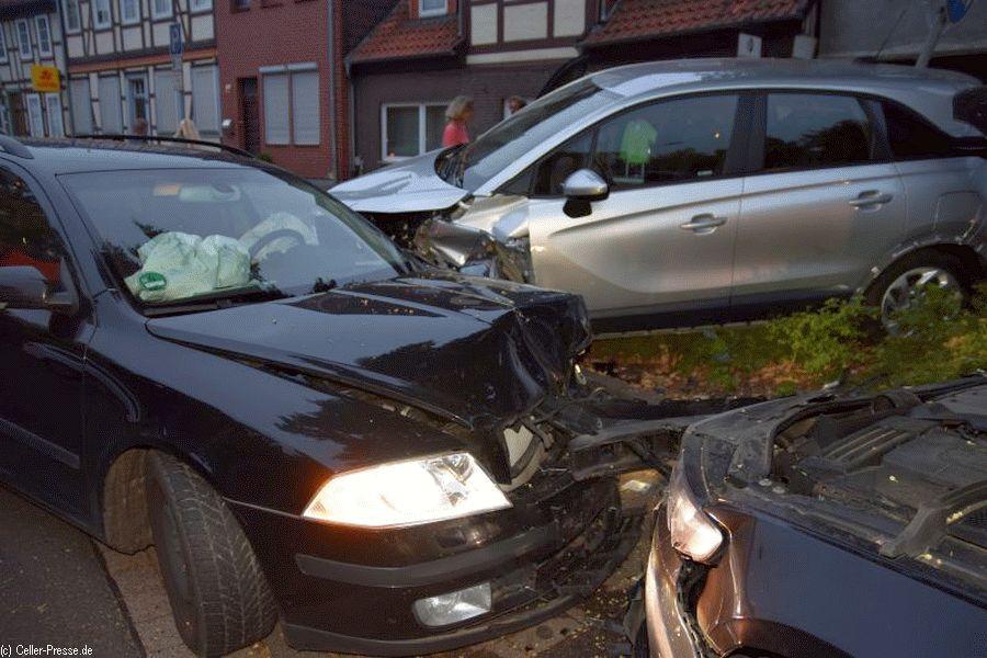Fahrer rammt wegen Übermüdung parkende Autos