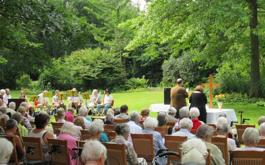Gemeinsamer Sommergottesdienst mit der Kirchengemeinde St.-Georg Celle-Blumlage im Park des Sophien-Stifts