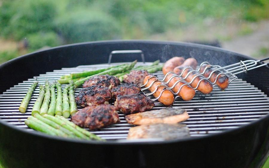 Grillspaß bei hochsommerlichen Temperaturen – krankmachende Keime in mariniertem und gewürztem Grillfleisch?
