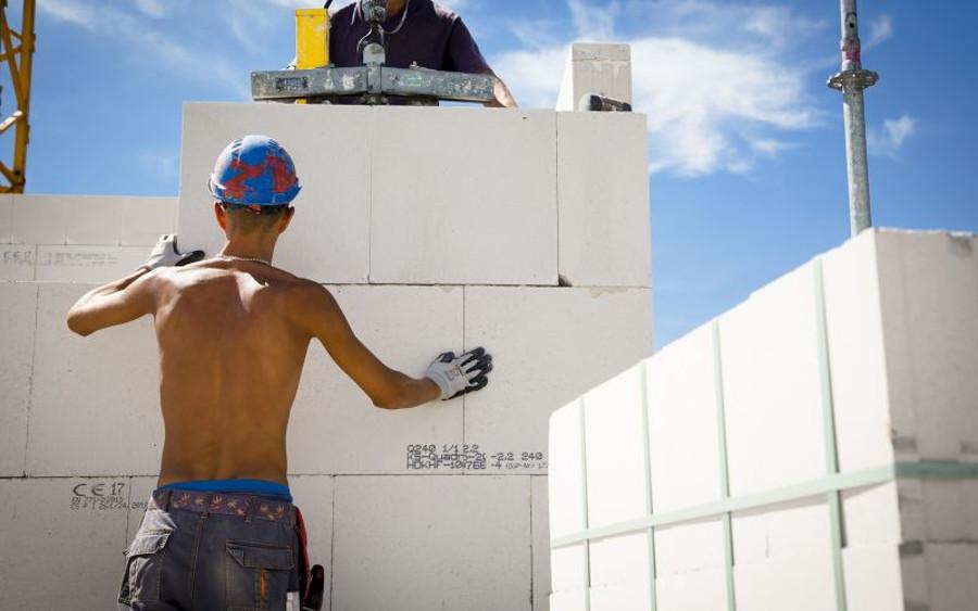 """IG BAU: Auf hohen UV-Schutz achten und viel Wasser trinken –  Sonnengefahr für 4.100 """"Draußen-Jobber"""""""