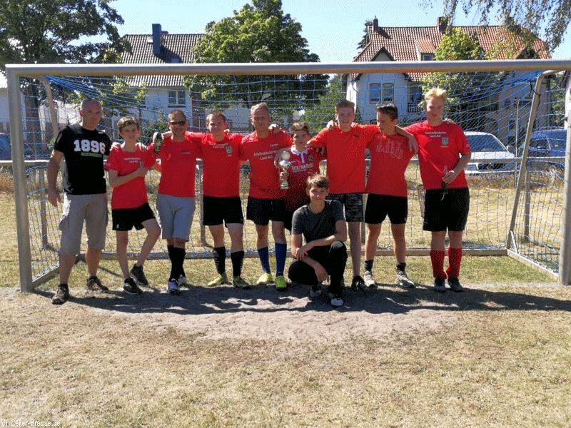 Jonah Stolte verwandelt entscheidenden Elfmeter beim Wathlinger-Kickers-Fußballturnier