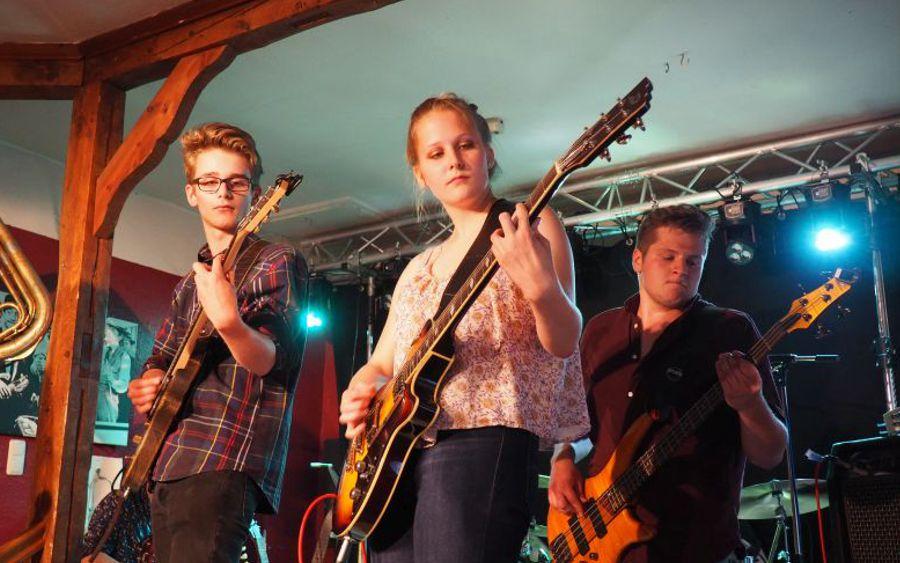 Rockband 4pm begeistert das Publikum bei Konzerten in Baßgeige und CRI