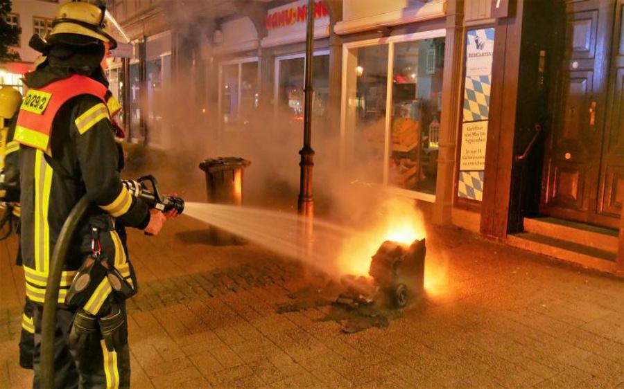Sieben Brandstellen in der Innenstadt, mehrere Müllereimer brennen im Schlosspark; 2 Brände greifen auf Gebäudefassade über!