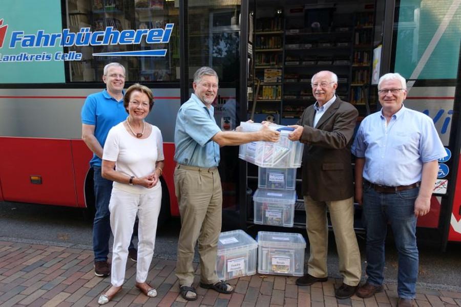 Bücher-Themenboxen für Kindertagesstätten: Bibliotheksgesellschaft übergibt Spende an Kreisfahrbücherei