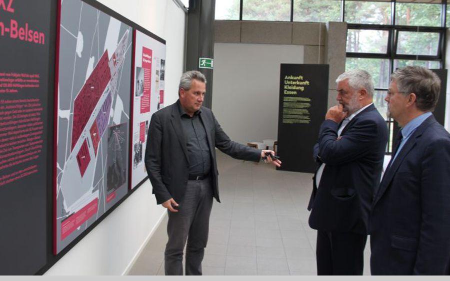 """Landrat Wiswe besucht Ausstellung """"Kinder im KZ Bergen-Belsen"""""""
