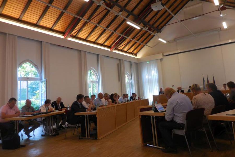 Rat verschiebt Entscheidung zur zeitlichen Regelung der Außengastronomie – Irritation inbegriffen