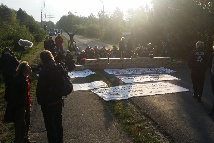 """Blockadeaktion vor den Toren von Rheinmetall """"Waffe und Munition"""" in Unterlüß"""
