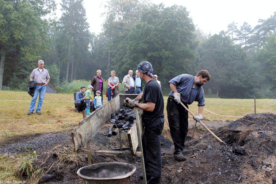 Einmal richtig Kohle machen – Köhlertag im Museumsdorf Hösseringen