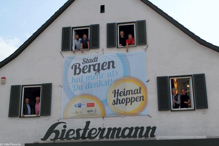 """Plakativer Endspurt in Bergen – Große Banneraktion kündigt das """"Heimatshoppen"""" an diesem Wochenende in Bergen an"""