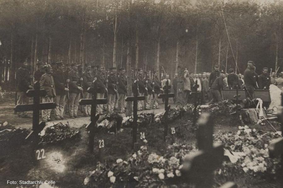 100 Jahre nach Kriegsende – Gedenktafel wird am Friedhof des Kriegsgefangenenlagers Scheuen eingeweiht