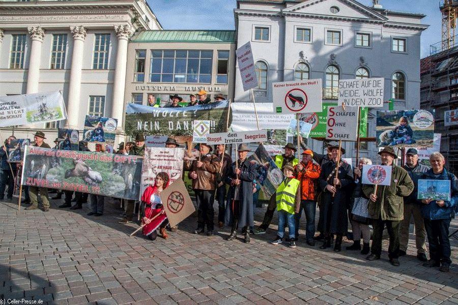 """Bürgerinitiative """"für wolfsfreie Dörfer"""" auf Kundgebung in Potsdam"""