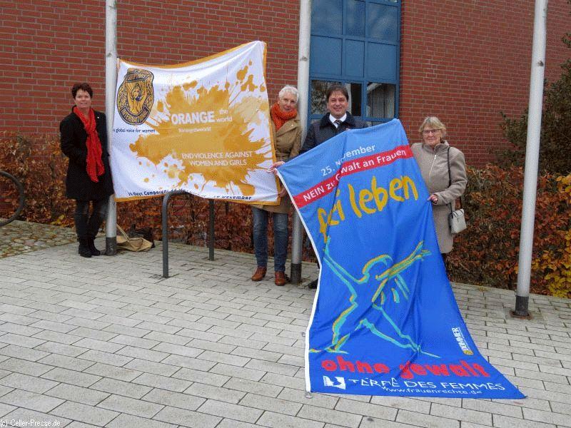 """Orange-Days: Flaggen am Hermannsburger Rathaus zum Internationalen Tag """"Nein zur Gewalt an Frauen!"""""""