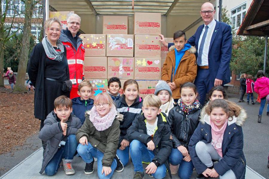 Gänsehautmomente in der Grundschule: Kinder und Mitarbeiter der Gemeinde-Verwaltung Wietze packen 35 Pakete für Johanniter-Weihnachtstrucker