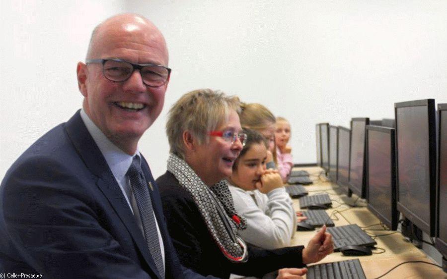Grundschule weiht neuen Computerraum ein