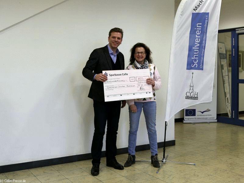 Netzwerkabend des Unternehmerverbandes Südheide e.V. erfolgreich mit Spende an den Schulverein abgeschlossen