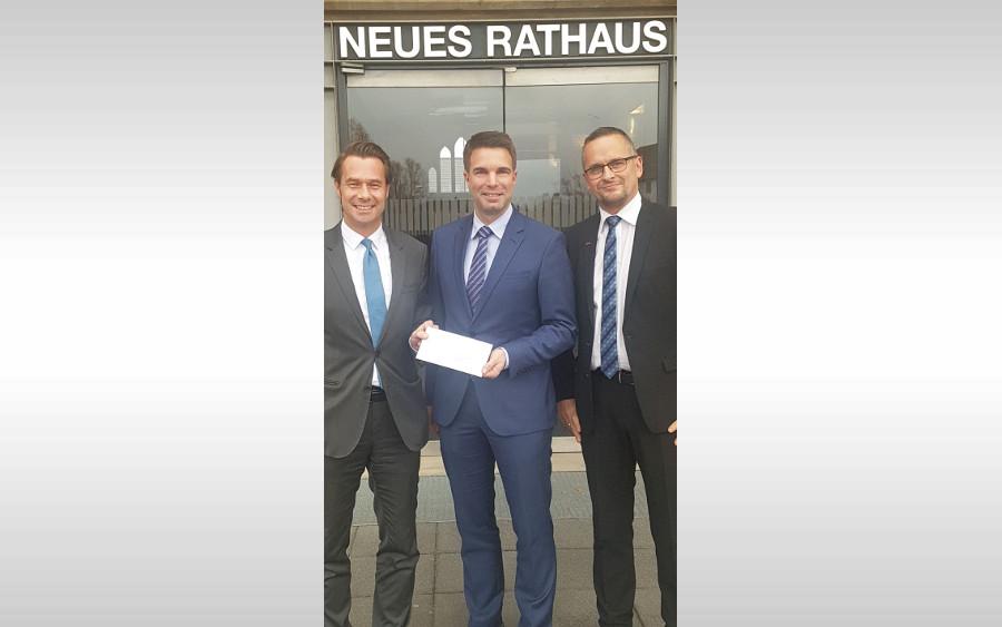 Famila-Geschäftsleitung überreichte 1.500- Euro-Spende an OB Dr. Nigge
