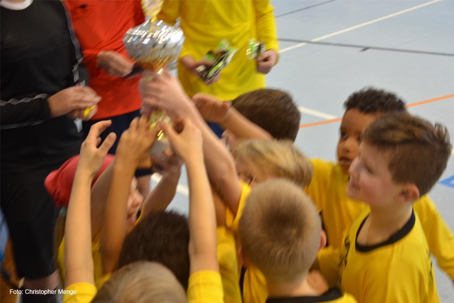 Grundschüler kicken um den Siegerpokal