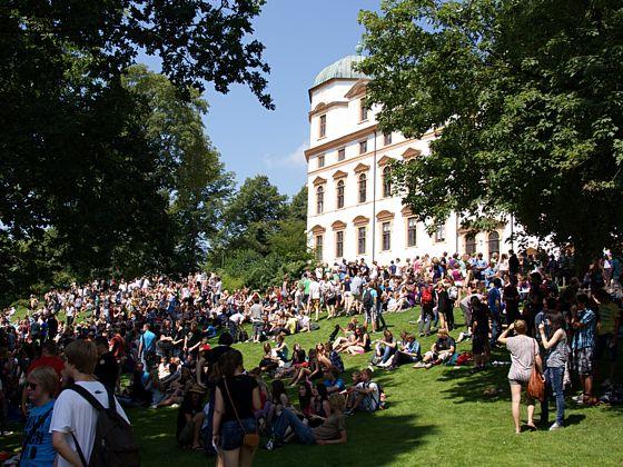 1800 Schüler feiern vor historischer Kulisse