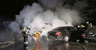 Zwei Fahrzeuge brennen in der Jägerstraße