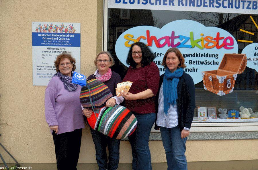 1.590,50 Euro aus Sockenaktion für den Kinderschutzbund