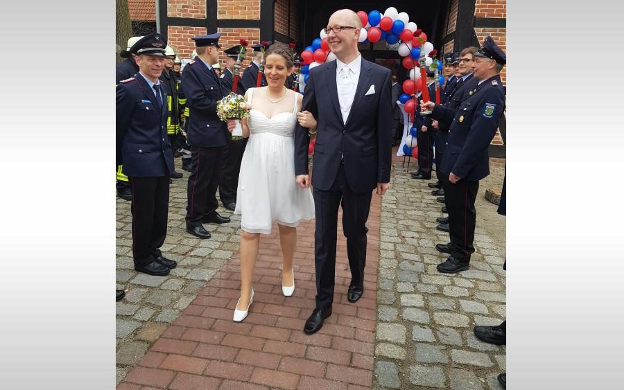 In den sicheren Hafen der Ehe eingelaufen ist der stellvertretende Gemeindebrandmeister und Gemeindeausbildungsleiter der Samtgemeinde Wathlingen Jan Dollenberg