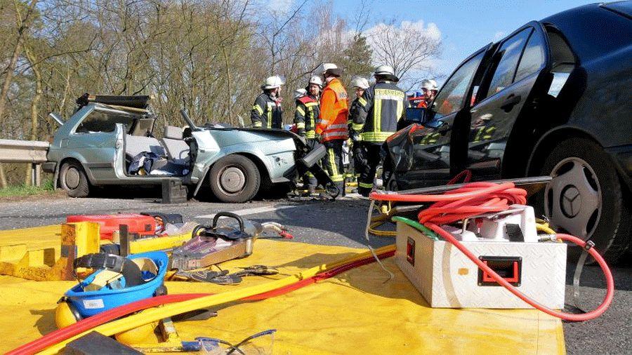 Schwerer Verkehrsunfall mit eingeklemmter Person auf dem Wilhelm-Heinichen-Ring *** aktualisiert