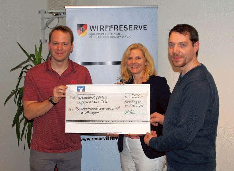 Spendenübergabe: Reservistenkameradschaft Wathlingen unterstützt Frauenhaus Celle e.V.