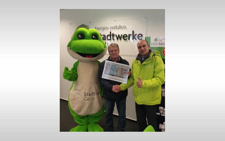 Stadtwerke Celle überreichen Spende an Förderverein Freibad Westercelle